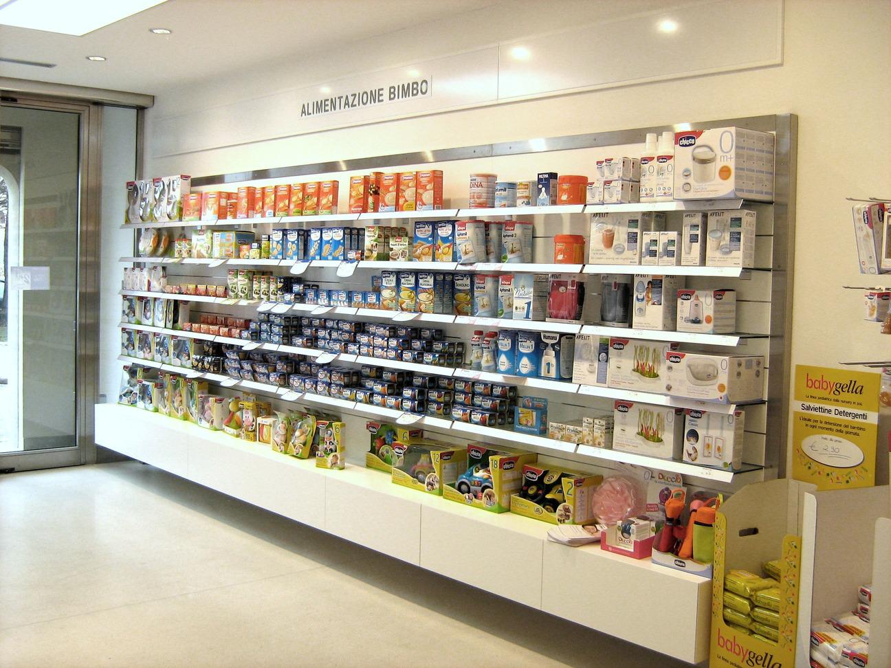 l' interno della farmacia